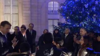 Accompagnés d'enfants, Brigitte et Emmanuel Macron ont illuminé le sapin de l'Elysée (VIDEO)