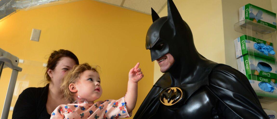 Des Hospitalisés Le Batmobile À Côté Batman Enfants Tué De Sa T1uJc3FK5l
