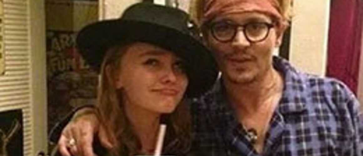 johnny depp et sa fille lily rose r unis pour la premi re fois au cin ma. Black Bedroom Furniture Sets. Home Design Ideas