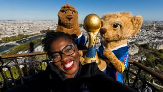 Handball : A J-100 avant le Mondial en France, Claudia Tagbo présente le trophée... en haut de la Tour Eiffel !