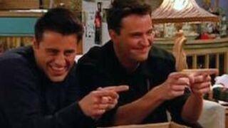 Friends: Joey doit beaucoup d'argent à Chandler!
