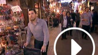 Allô Nabilla : John, en panique, perd Livia dans un marché à Marrakech ! (VIDEO)