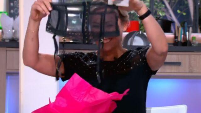 Roselyne Bachelot offre un porte-jarretelles à Anne-Sophie Lapix (VIDEO)