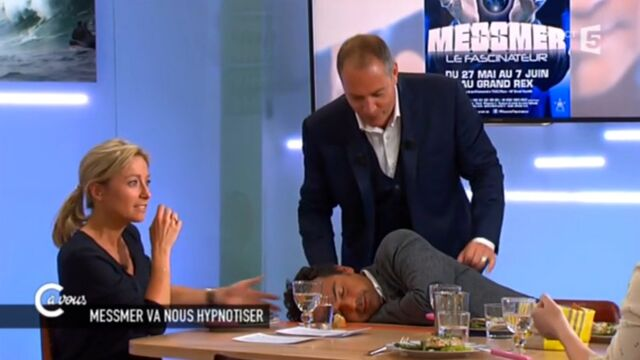 C à Vous : Patrick Cohen hypnotisé en direct par Messmer (VIDEO)