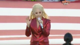 Super Bowl 2016 : Lady Gaga émeut le stade en chantant l'hymne national américain (Vidéo)