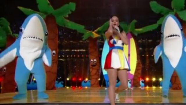 Super Bowl : Katy Perry se fait voler la vedette par ses requins (VIDEO)