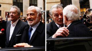 Jean-Paul Belmondo et Alain Delon s'embrassent devant le quai des Orfèvres ! (PHOTO)