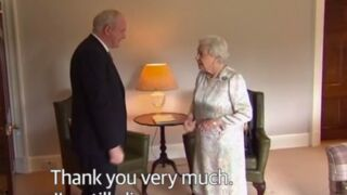 La reine Elisabeth II l'assure : elle est toujours vivante !