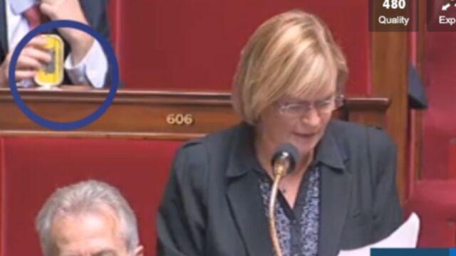 Clin d'œil d'un député à Cyril Hanouna en pleine séance à l'Assemblée ! (VIDEO)