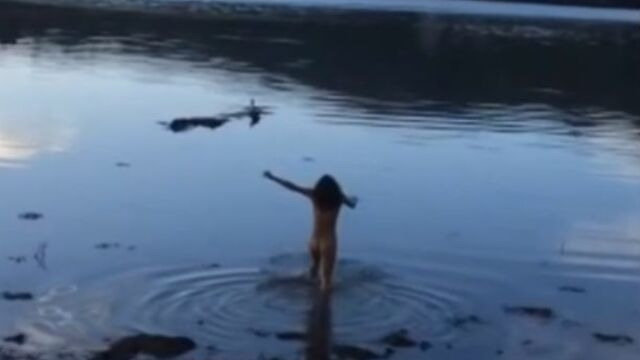 Michelle Rodriguez (Lost) ivre et nue dans un lac (VIDEO)