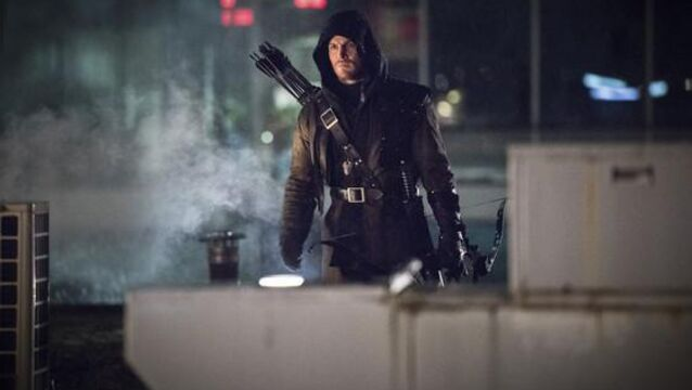Stephen Amell, en costume de Arrow pour un match de catch