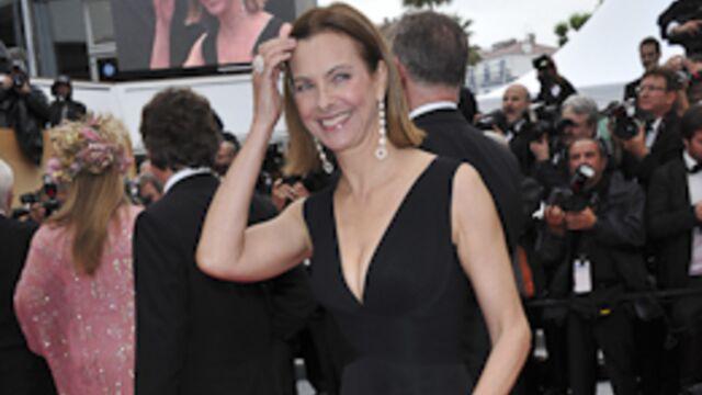 Carole Bouquet, impériale sur des marches détrempées