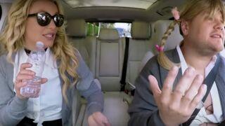 Britney Spears renfile la tenue de son clip Baby one more time pour un karaoké !