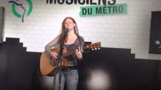 Emji (Nouvelle Star) : elle retourne chanter dans le métro ! (VIDEO)