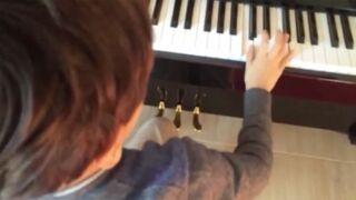Léon, le fils de Jamel Debbouze et Mélissa Theuriau joue Star Wars au piano