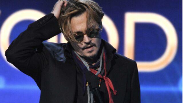 Johnny Depp, titubant et bafouillant aux Hollywood Film Awards (VIDÉO & PHOTOS)