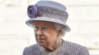 The Crown : l'actrice Olivia Colman reçoit une prestigieuse distinction des mains de la reine Elizabeth II