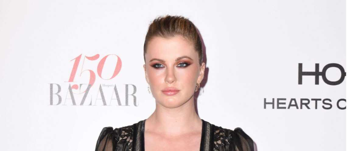 ireland baldwin la fille de kim basinger nue sur la plage photo. Black Bedroom Furniture Sets. Home Design Ideas