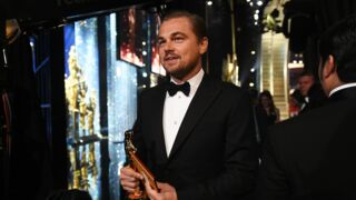 Leonardo DiCaprio se moque de lui-même en faisant graver son Oscar (VIDEO)