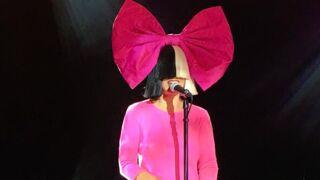 C à vous : Pourquoi la chanteuse Sia cache-t-elle son visage ? Ses explications.