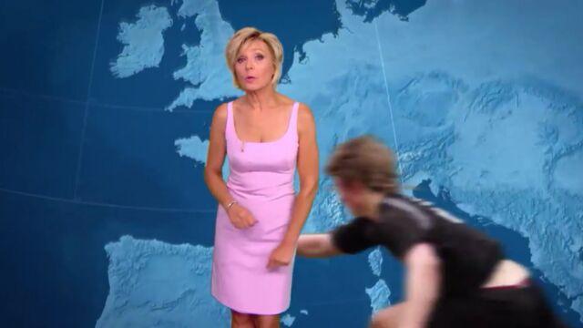 Evelyne Dhéliat plaquée au sol pendant son bulletin météo !
