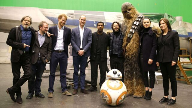 Star Wars VIII : les princes Harry et William rendent visite aux acteurs sur le tournage du film (PHOTOS)