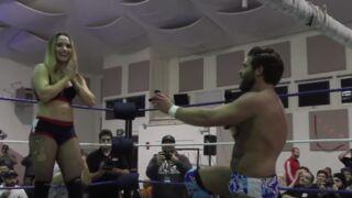 Insolite : Une demande en mariage sur le ring d'un match de catch (VIDEO)