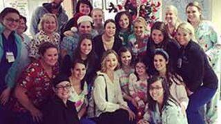 Jennifer Lawrence surprend des enfants malades à Noël