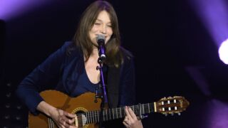 Carla Bruni rend hommage à Chuck Berry avec sa fille : un adorable duo (VIDEO)