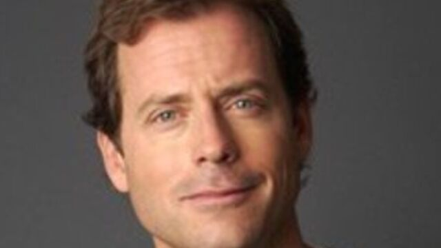 Greg Kinnear de passage dans Modern Family