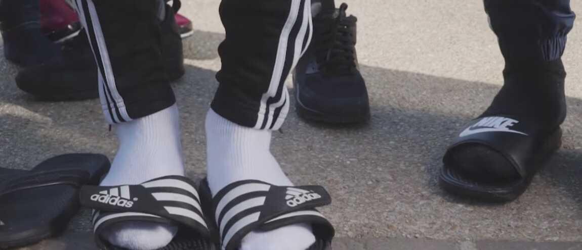 9b6c2808fdb Claquettes chaussettes   la tendance insolite de l été 2017 (VIDEO)