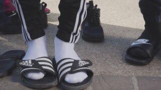 Claquettes chaussettes : la tendance insolite de l'été 2017 (VIDEO)
