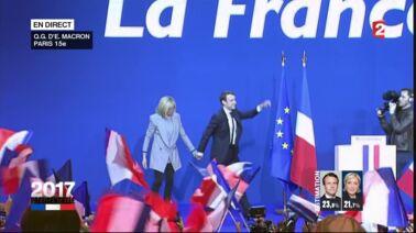 """La gaffe d'Emmanuel Macron envers sa femme lors d'un bain de foule : """"Brigitte, tu veux une petite anisette ?"""" (VIDEO)"""