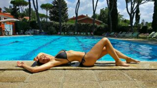 En bikini, Camille Lou fait monter la température (PHOTOS)