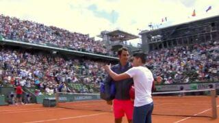 Roland-Garros : Un spectateur surgit sur le court à la fin du match de Federer pour... un selfie