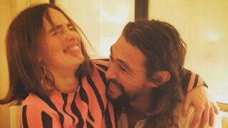 "Game of Thrones : Emilia Clarke évoque le ""fabuleux"" pénis de Jason Momoa"