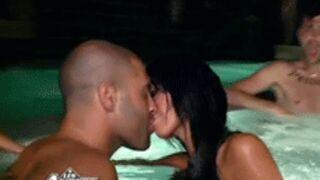 Les Anges 4 : Un clash et un baiser torride dans la piscine (VIDEOS)