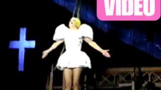 Lady Gaga frappée par une barre de fer en plein concert ! (VIDEO)