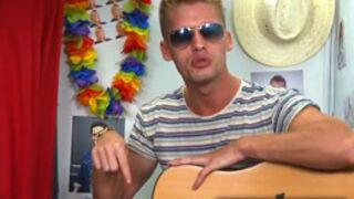 Benoît (NRJ 12) se déshabille et joue de la guitare ! (VIDEO)