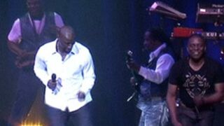 Omar Sy met le feu au concert d'Earth Wind and Fire ! (VIDEO)