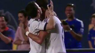 Cristiano Ronaldo : Un fan lui fait un câlin... en plein match ! (VIDEO)