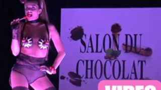 Clara Morgane perd son soutien-gorge chocolaté ! (VIDEO)