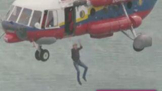 Koh-Lanta Malaisie : Denis Brogniart saute d'un hélicoptère ! (VIDEO)