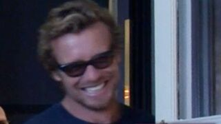 Simon Baker (Mentalist) surprend Robin Tunney... pendant notre interview (VIDEO)