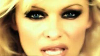 """Pamela Anderson dans une pub jugée """"sexiste"""", censurée en Angleterre (VIDEO)"""