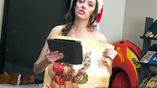 Programme TV : L'étrange costume de Noël de la Speakerine...