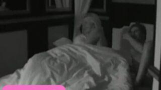 Carré Viiip : Giuseppe nu dans le lit de Cindy ! (VIDEO)