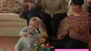 """Buzz : un bébé (trop mignon) danse le """"Gangnam Style"""" dans une pub (VIDEO)"""