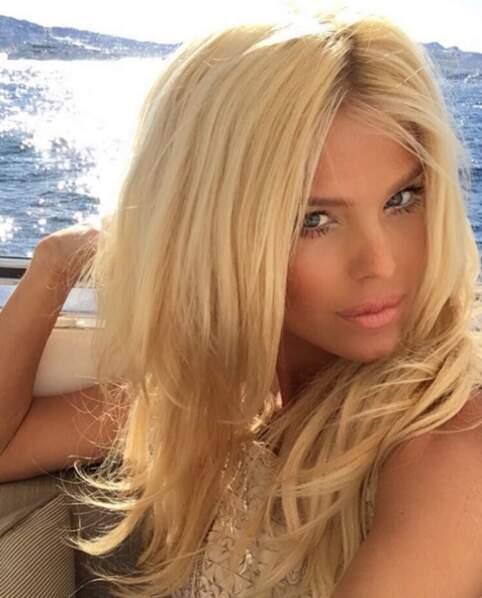 Victoria Silvsted vous souhaite une bonne journée depuis la baie de Cannes