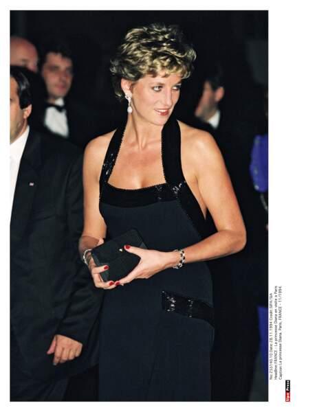 Au château de Versailles, Diana brille de mille feux dans une robe de soirée en velours brodée de paillettes